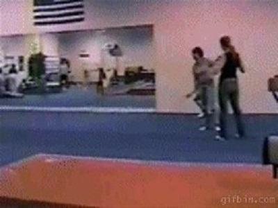 Гиф-картинка Случай в спортзале