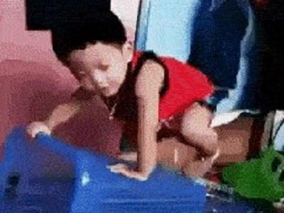 Гиф-картинка Ребёнок познаёт мир