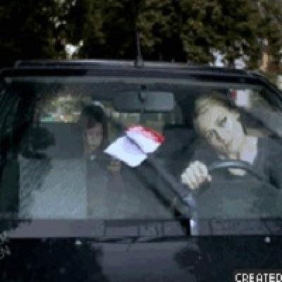 Гиф-картинка Блондинка за рулём