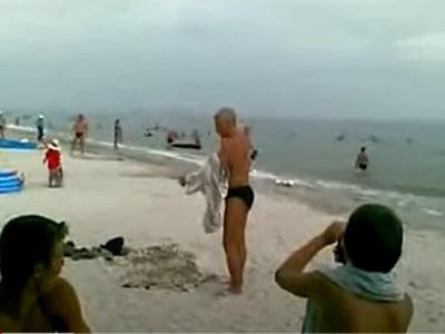 Как мужик одевался на пляже
